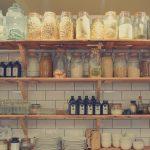 Drevené regály sú skvelou voľbou do skladu ido domácnosti